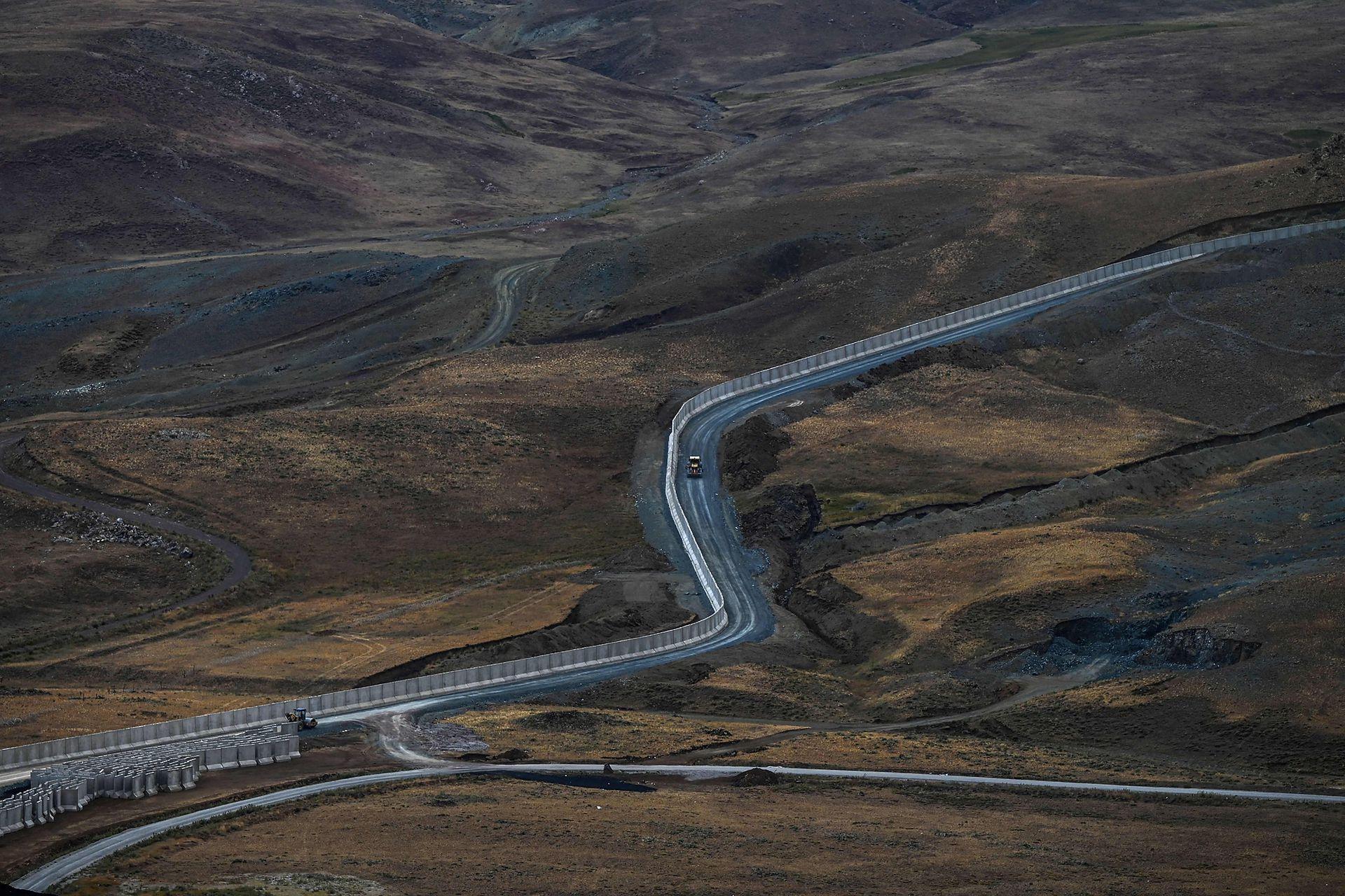 El  muro de hormigón de prácticamente tres metros de altura se levanta en el desierto está destinado a ser infranqueable