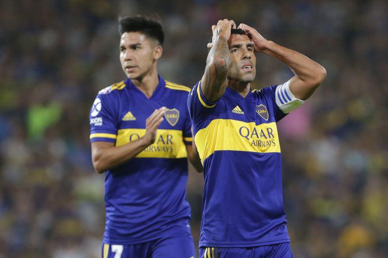 Carlos Tevez lamenta la chance desperdiciada ante Independiente; Campaña le mandó la pelota al córner