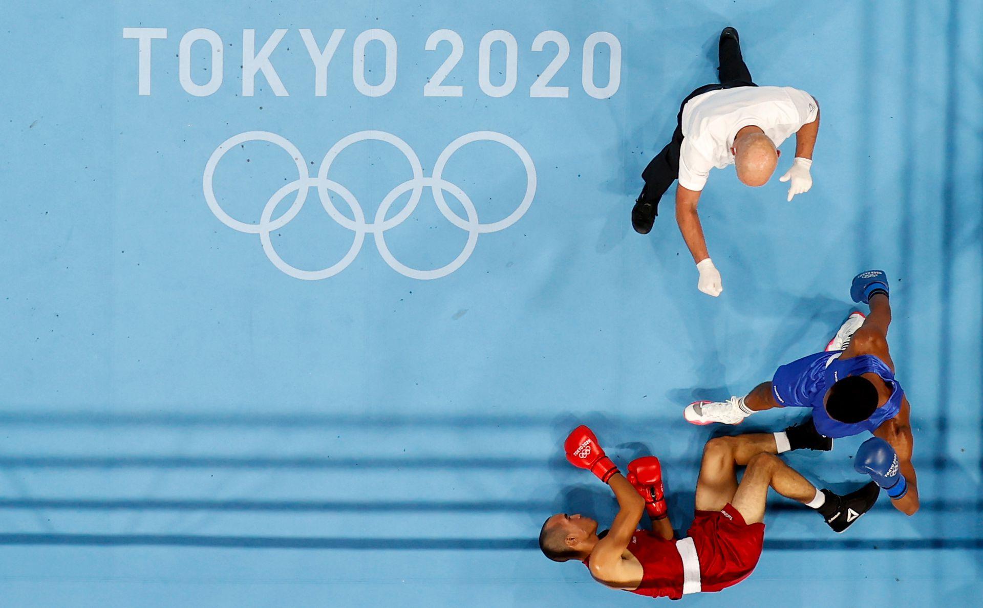 Eldric Sella Rodríguez (rojo) del Equipo Olímpico de Refugiados es derribado por Euri Cedeno Martínez de la República Dominicana durante el Medio Masculino (69-75 kg) en el tercer día de los Juegos Olímpicos de Tokio 2020 en Kokugikan Arena en julio 26, 2021 en Tokio, Japón.