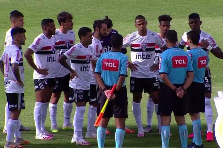 Los jugadores de San Pablo escuchan a los árbitros: el partido ante Goiás se suspendió porque el equipo local sufrió contagios masivos de coronavirus