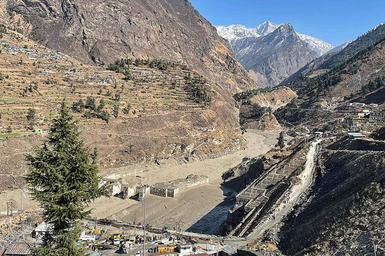 Vista de la central hidroeléctrica que fue dañada tras la ruptura del glaciar