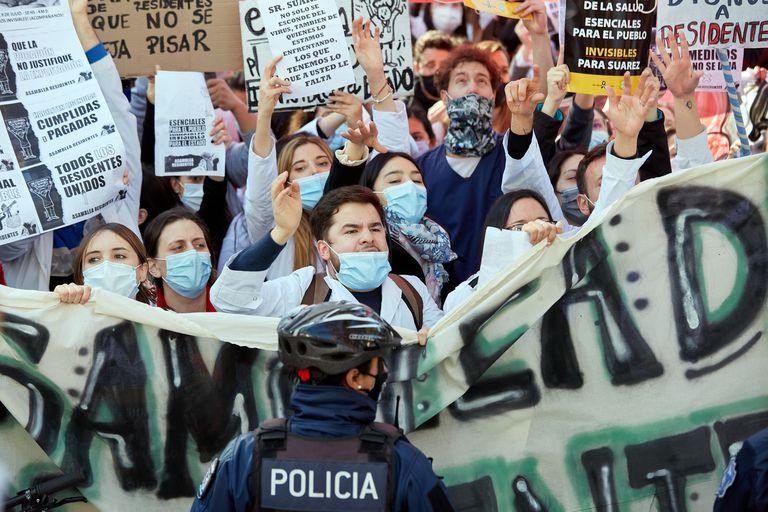Trabajadores de la salud, nucleados en diferentes sindicatos, realizaron una masiva concentración en el microcentro mendocino.