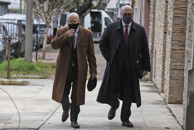 Loss abogados del policía imputado llegan a los tribunales de Campana