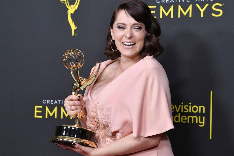 Felicidad por dos. Rachel Bloom, una de las ganadoras de la noche por una de las canciones originales de su serie Crazy ExGirlfriend, además aprovechó la ocasión para anunciar que está embarazada