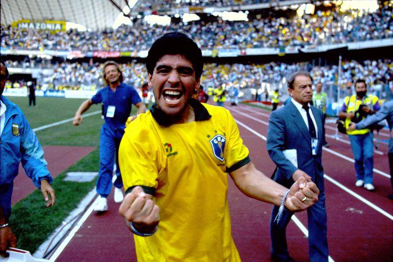 Una imagen muy curiosa: la Argentina ganó el clásico, pasó a los cuartos de final y... Maradona festeja con una camiseta de Brasil, que acaba de recibir de su amigo Careca; un desquite tras ser silbado durante los 93 minutos en el Delle Alpi, de Turín.