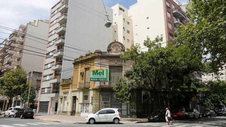 En la esquina de Nahuel Huapi y Díaz Colodrero, una casa antigua tiene los días contados