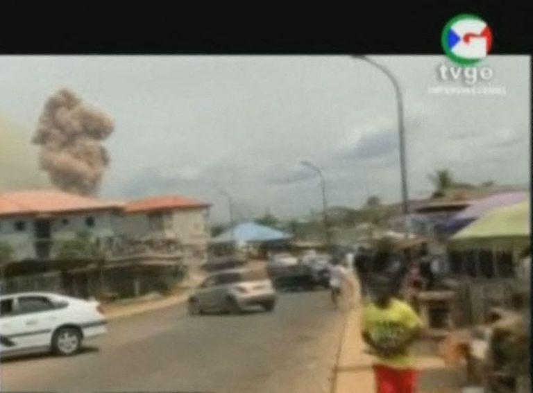 Una imagen de televisión muestra la columna de humo en el lugar de la explosión