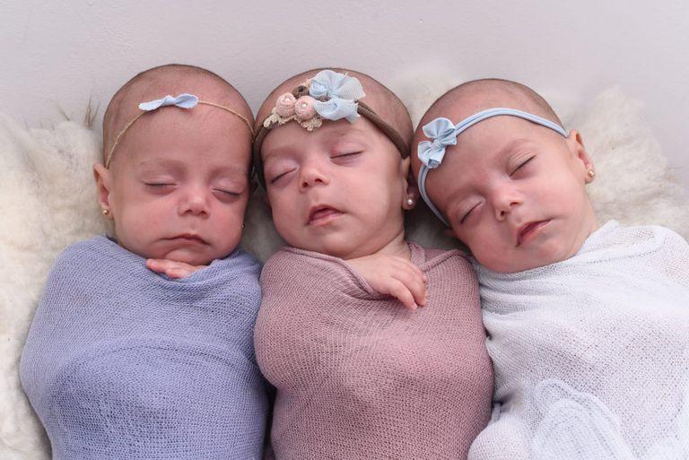 Las trigemelas Victoria, Delfina y Julieta a los cuatro meses