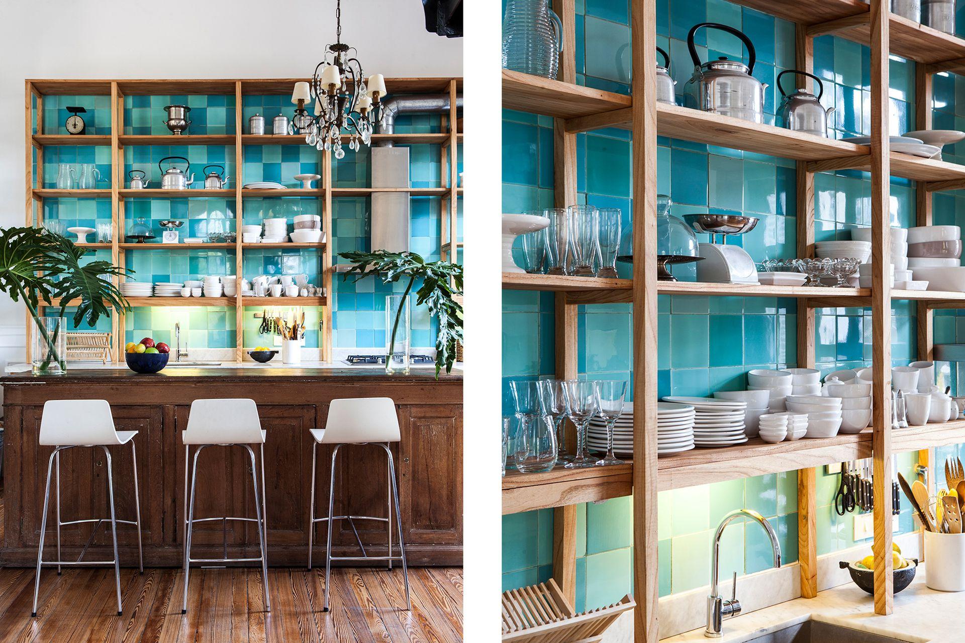Un viejo mostrador de almacén que los dueños tenían en su casa anterior fue adaptado como barra con tres banquetas modelo 'Lyris' (Fauna).