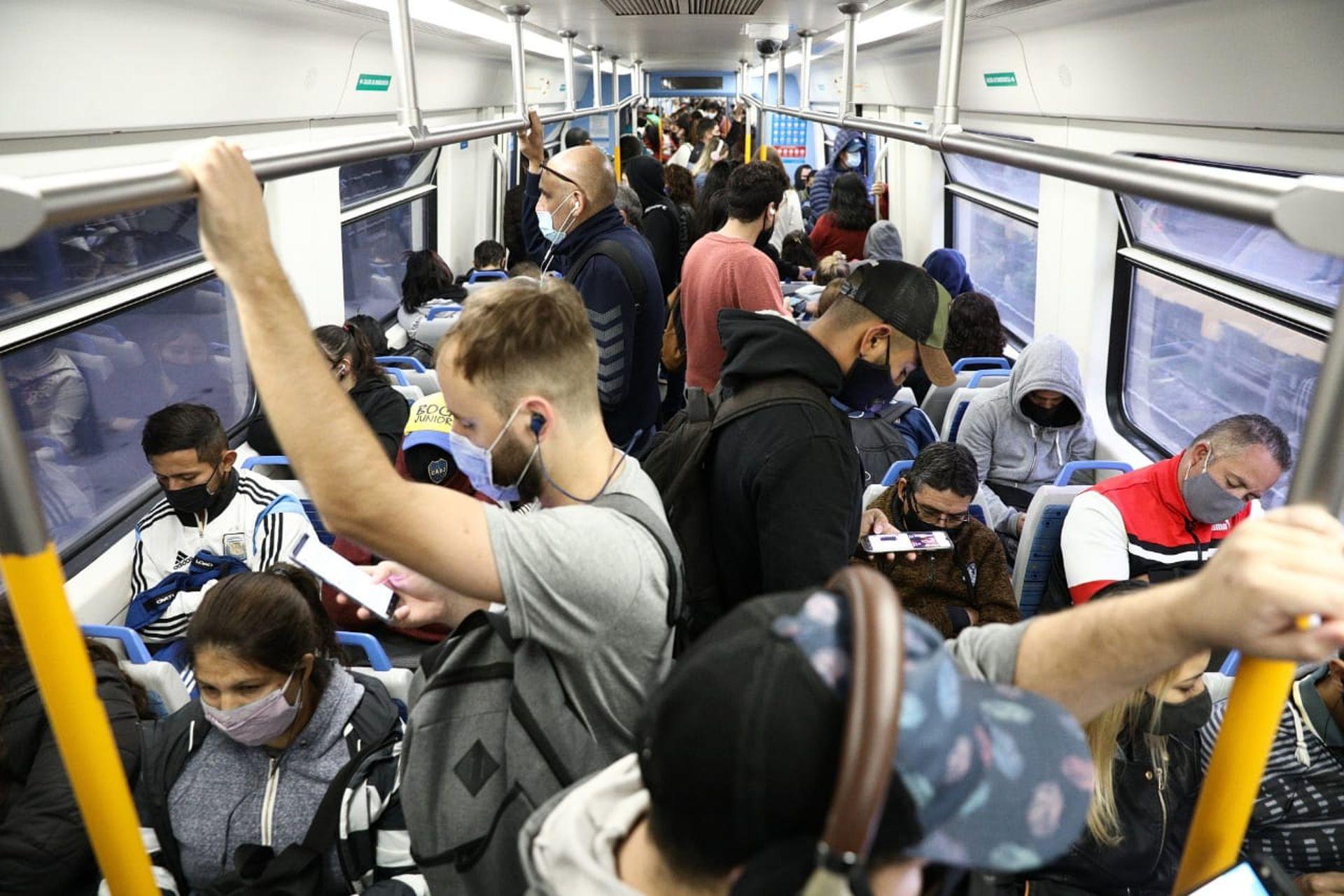 Así viajaron los pasajeros del tren Sarmiento, tras el decreto que amplía las medidas restrictivas por el avance de coronavirus, entre las cuales se anularon las clases presenciales