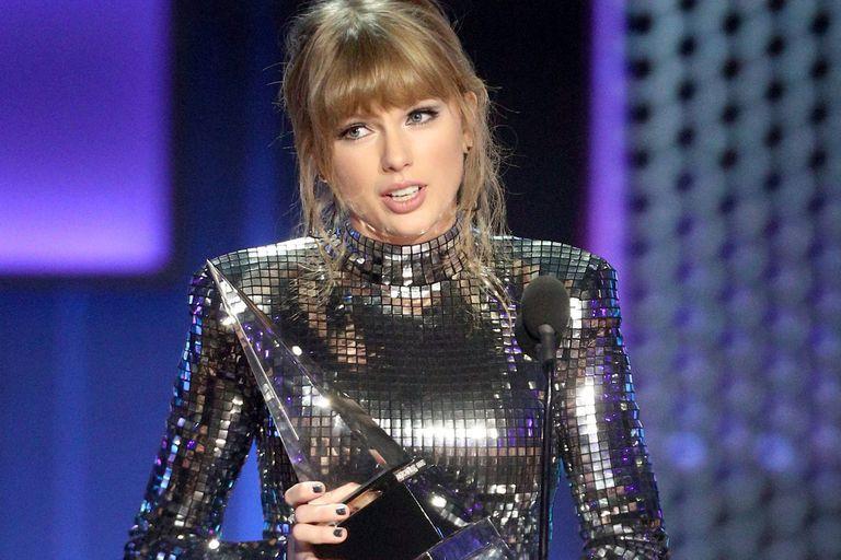 La actriz pidió a sus fans que vayan a votar en las elecciones de noviembre en Estados Unidos; la ceremonia de los AMAs tuvo varios mensajes en los que se remarcó la participación ciudadana en el voto político
