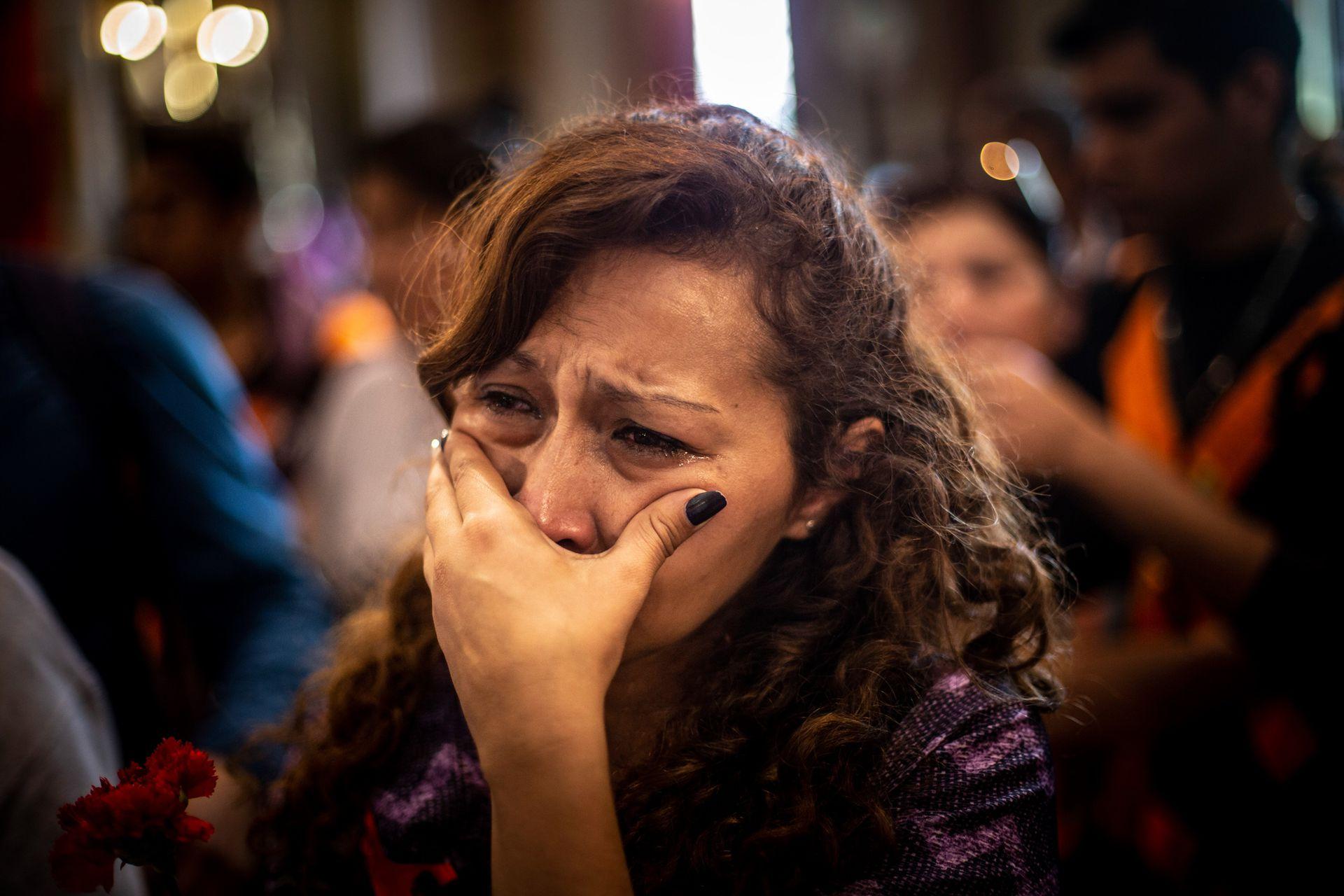Una mujer emocionada durante la misa