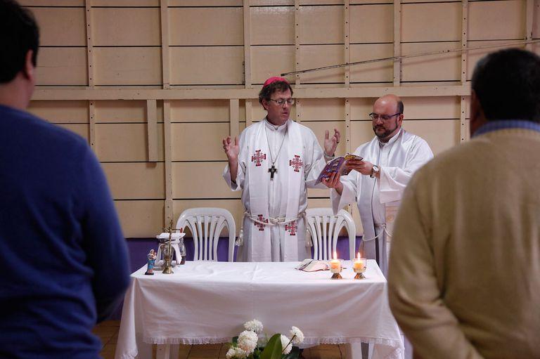 Jueves santo: el obispo de Río Gallegos lavó los pies de doce presos