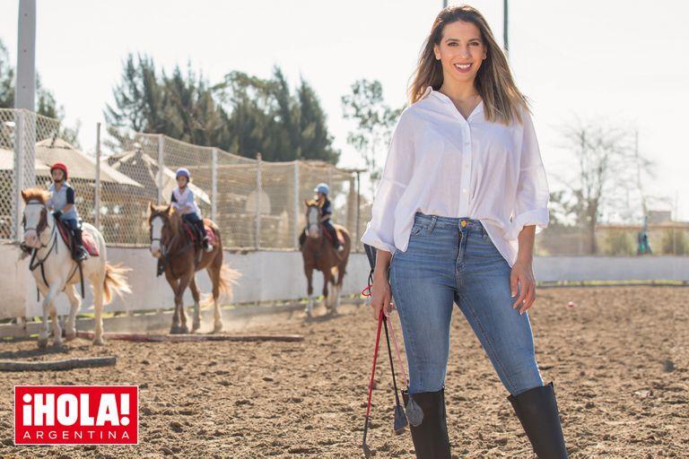 Cinthia Fernández practica equitación con sus hijas, Francesca, Charis y Bella