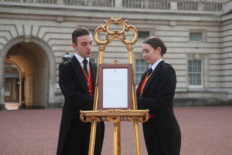 El anuncio en el frente del palacio