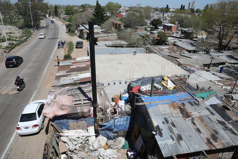 La deficiencia de la urbanización y el déficit habitacional son una problemática extendida en Quilmes.