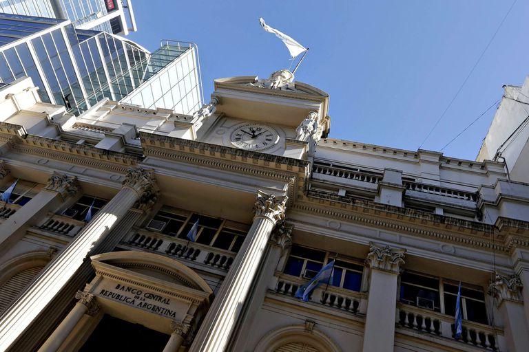 El Banco Central dispuso que los bancos aumenten el rendimiento de los plazos fijos en pesos para intentar contener la brecha cambiaria