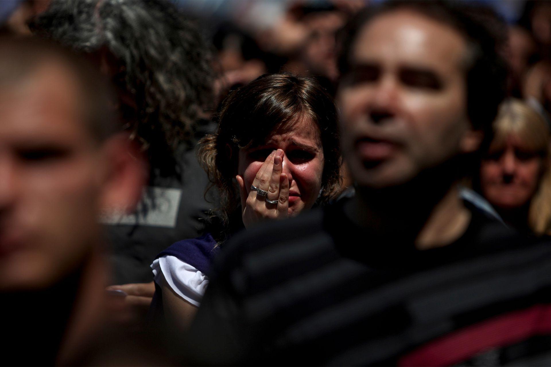 Una mujer llora por la muerte del expresidente Néstor Kirchner