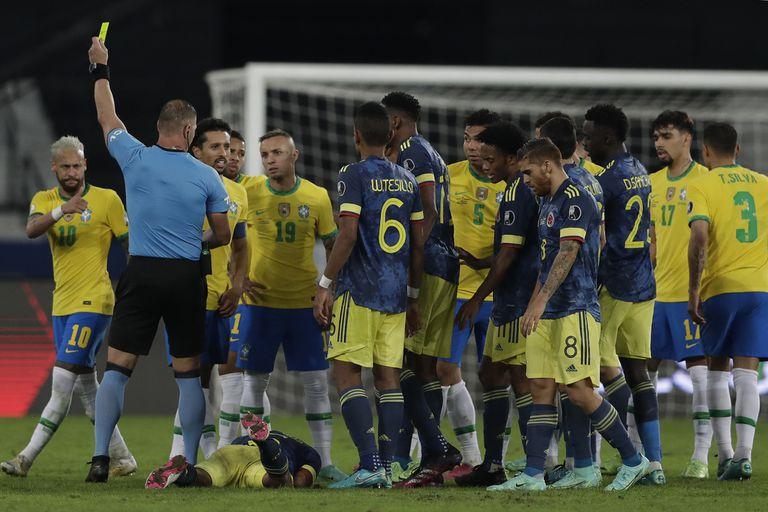 Néstor Pitana, en el ojo de la tormenta por su arbitraje en Brasil 2 vs. Colombia 1