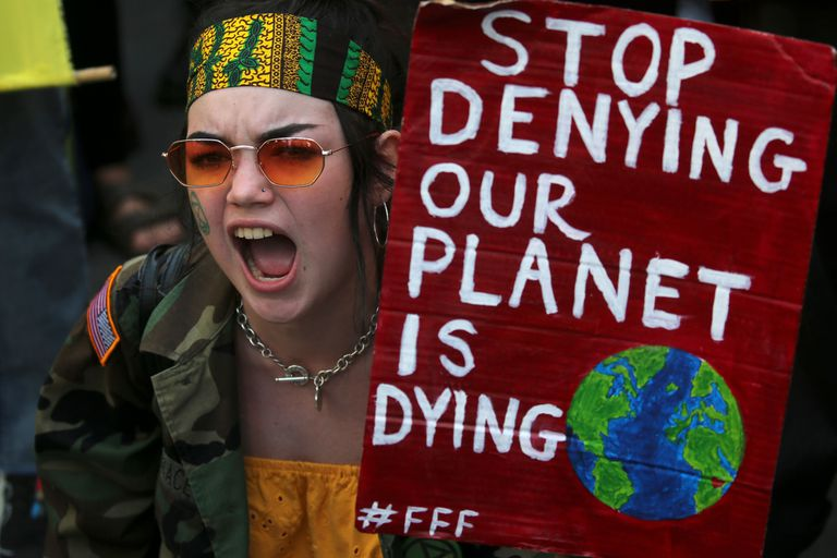 Una manifestante protesta por los incendios en la Amazonia frente a la embajada de Brasil en el centro de Londres el 23 de agosto de 2019