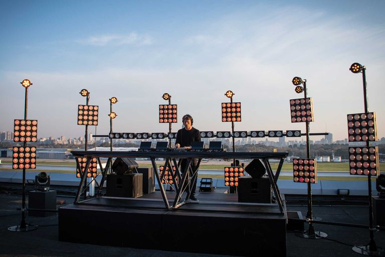 Cattáneo en el Aeroparque de Buenos Aires, en uno de los DJ Sets vía streaming que hizo durante la cuarentena de 2020