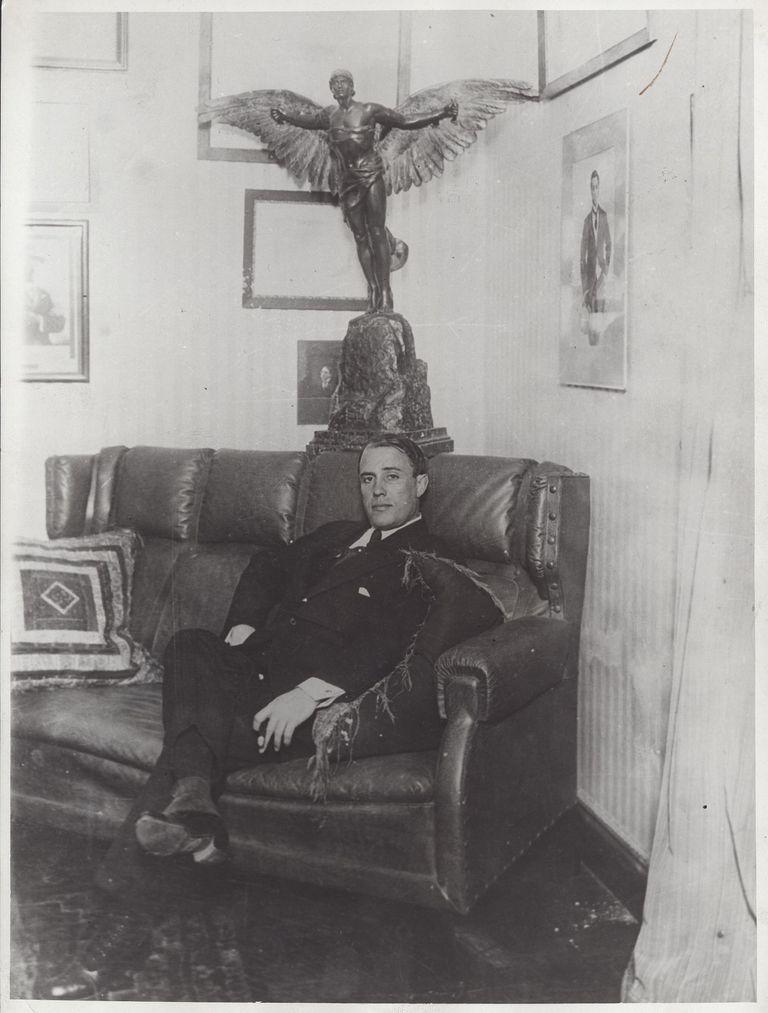 Imagen del ingeniero Newbery en su casa, tomada en 1910, cuatro años antes de su muerte.