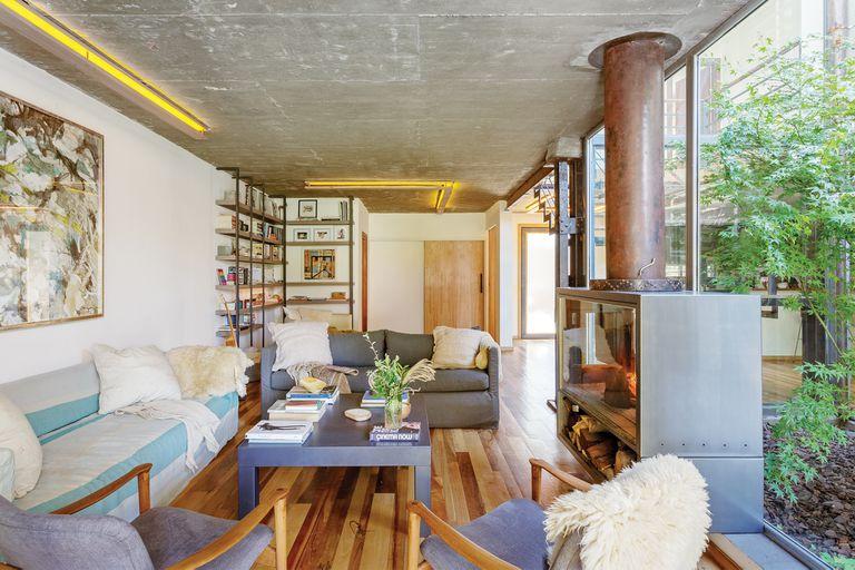 Un diseñador de muebles hizo una casa cálida y única, como su familia
