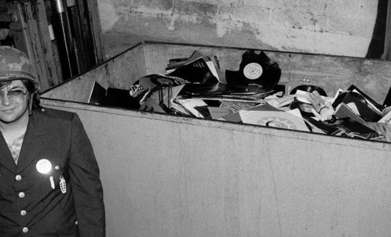 Steve Dahl con el contenedor repleto de vinilos antes de ser detonado