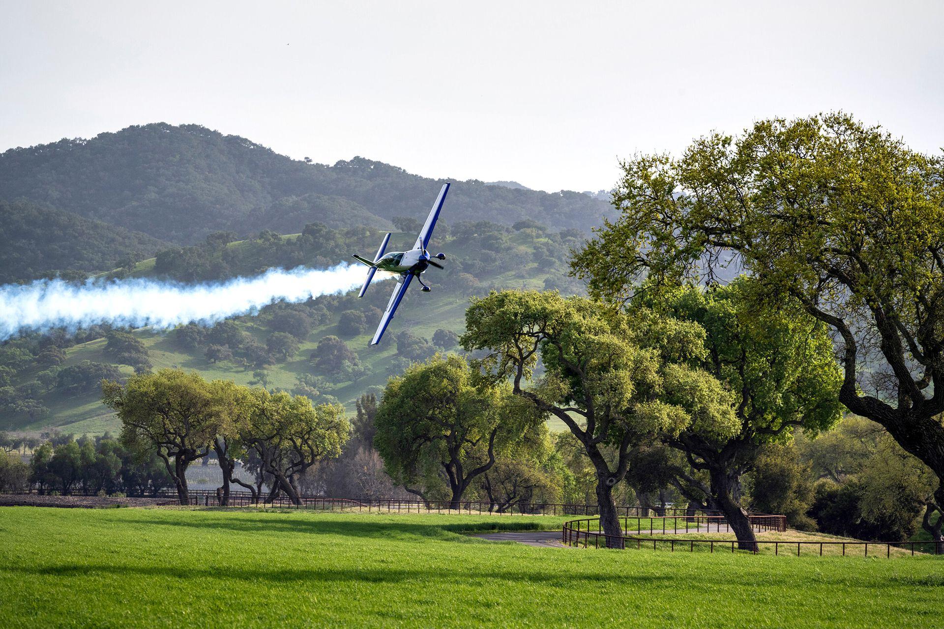El piloto Kevin Coleman realiza su rutina acrobática