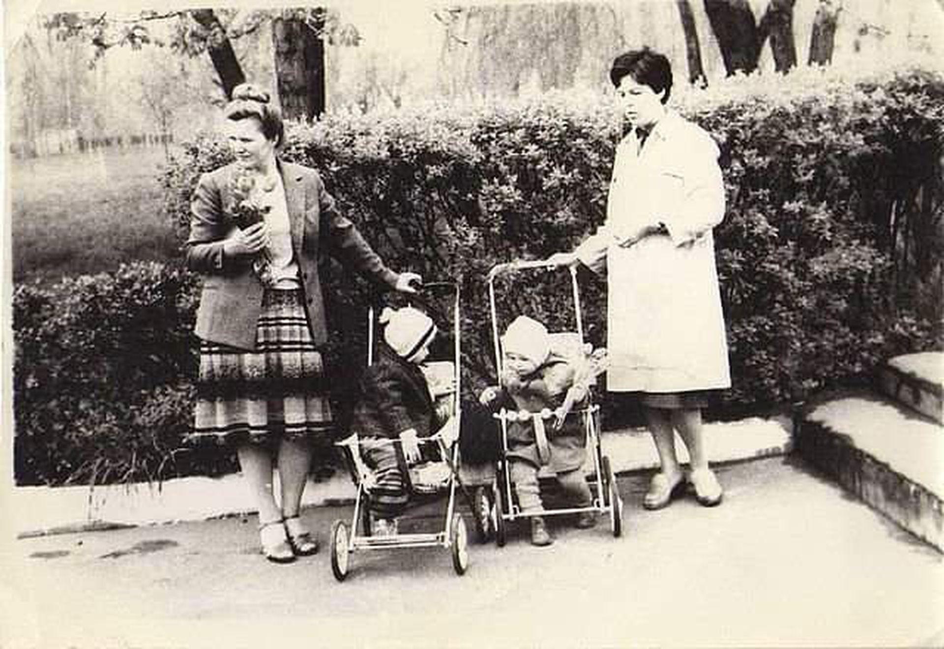 La mamá y la tía de Natalia, con su hermano y un primo en cochecito