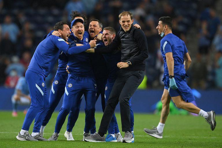 El entrenador alemán Thomas Tuchel festeja con sus ayudantes el título en la Champions League, tras vencer por 1-0 a Manchester City en Oporto (Portugal).