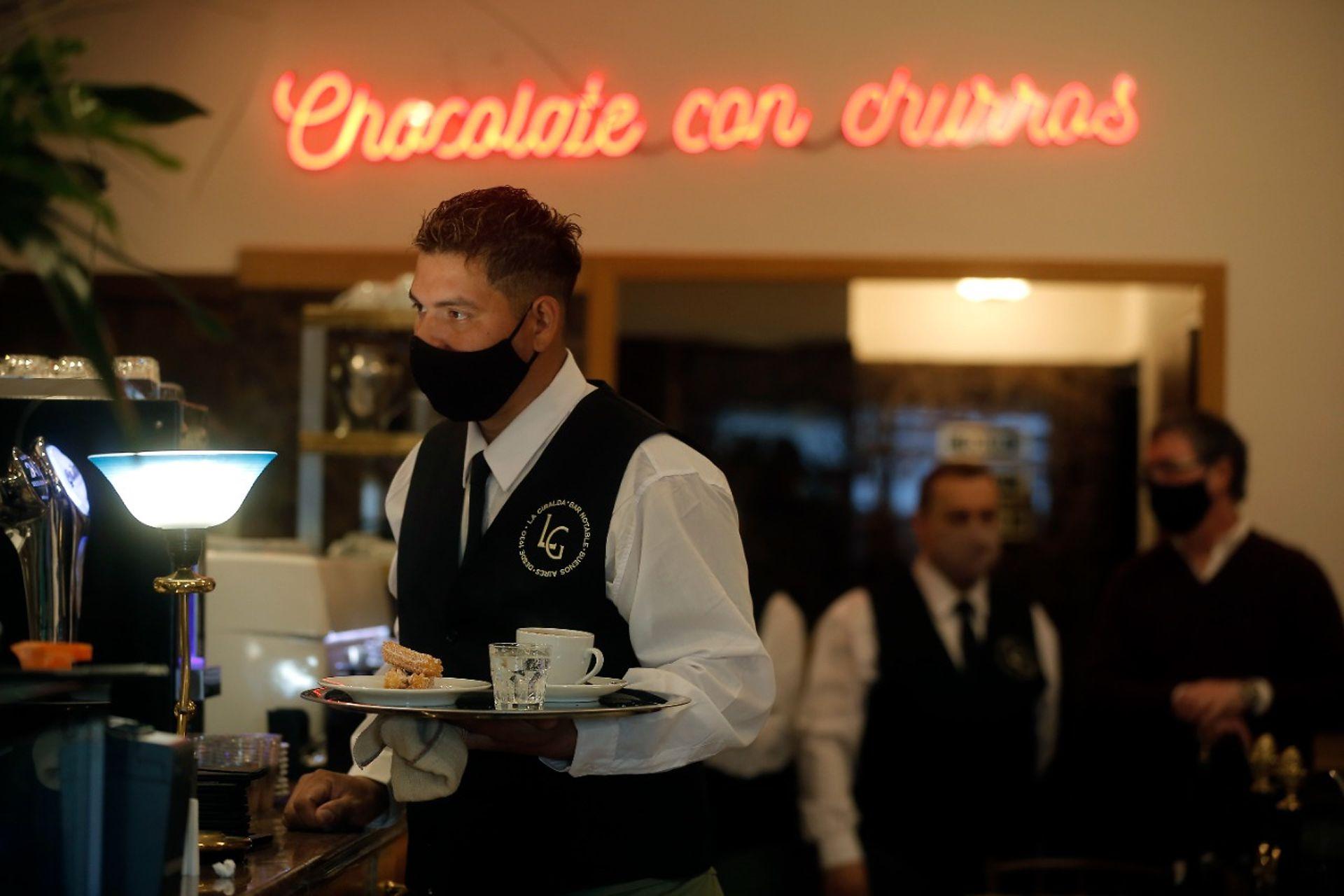 Reabre La Giralda. El clásico bar que se hizo famoso por sus churros vuelve  a brillar en Avenida Corrientes - LA NACION