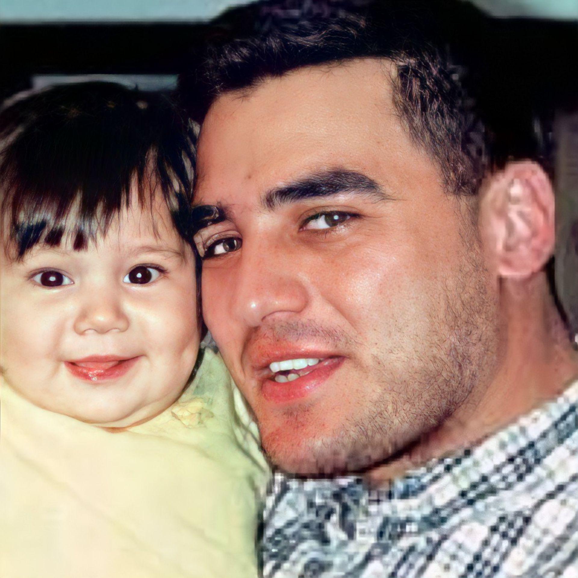 Mario Santoro, el paramédico nacido en Rosario, junto a su hija Sofía; Santoro murió con 28 años
