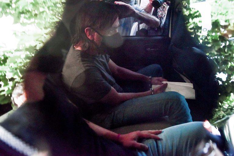 Juan Ignacio Buzali es trasladado luego de declarar.