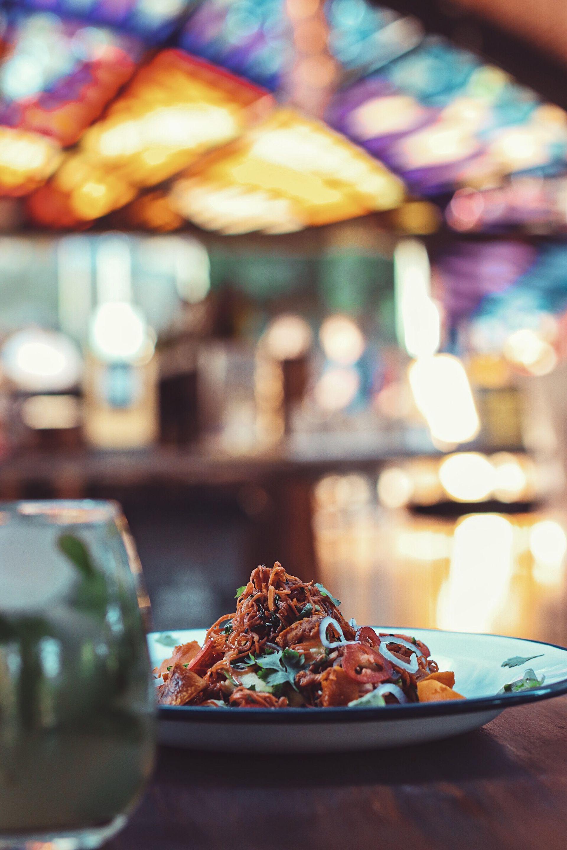 """En los Arcos del Rosedal, Francisca del Fuego ofrece un interesante menú de pizzas, sándwiches y """"platitos""""."""