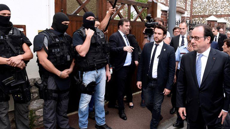 El presidente Hollande, a su llegada ayer a la localidad de Saint-Étienne-du-Rouvray