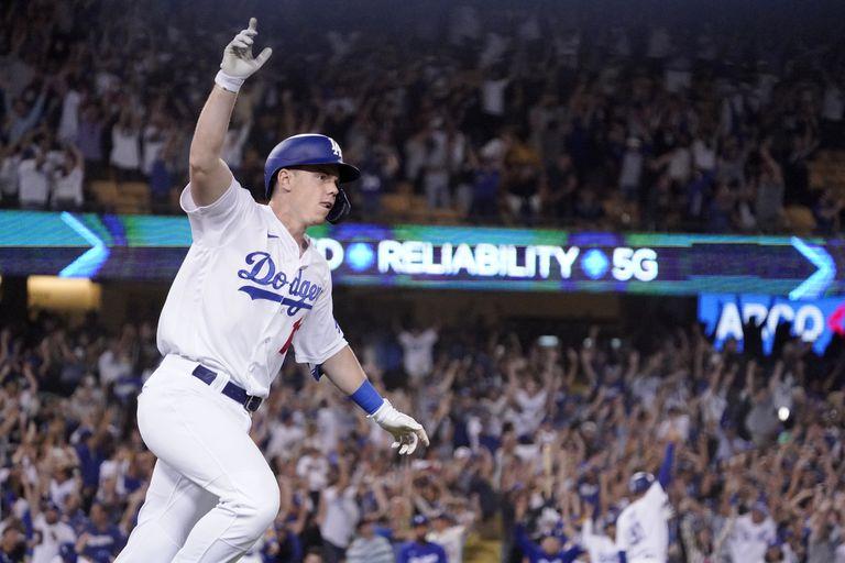 El jugador de los Dodgers de Los Ángeles Will Smith celebra tras sacudir un jonrón de tres carreras en el último turno al bate del juego de la MLB que enfrentó a su equipo con los Gigantes de San Francisco, el 20 de julio de 2021, en Los Ángeles. (AP Foto/Mark J. Terrill)