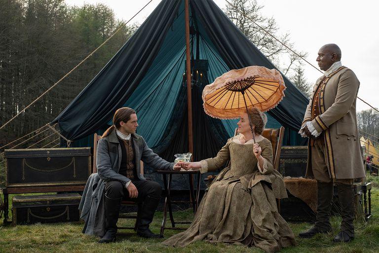 Maria Doyle Kennedy como la tía Jocasta, junto a Colin McFarlane como Ulysses, y Richard Rankin, en uno de los elaborados viajes por el interior de Carolina del Norte