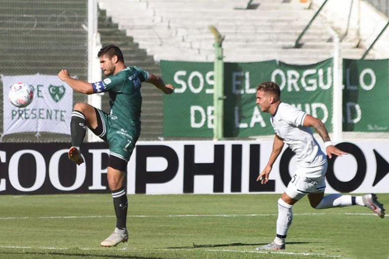 Graciani ya definnió y será gol de Sarmiento, al minuto de juego.