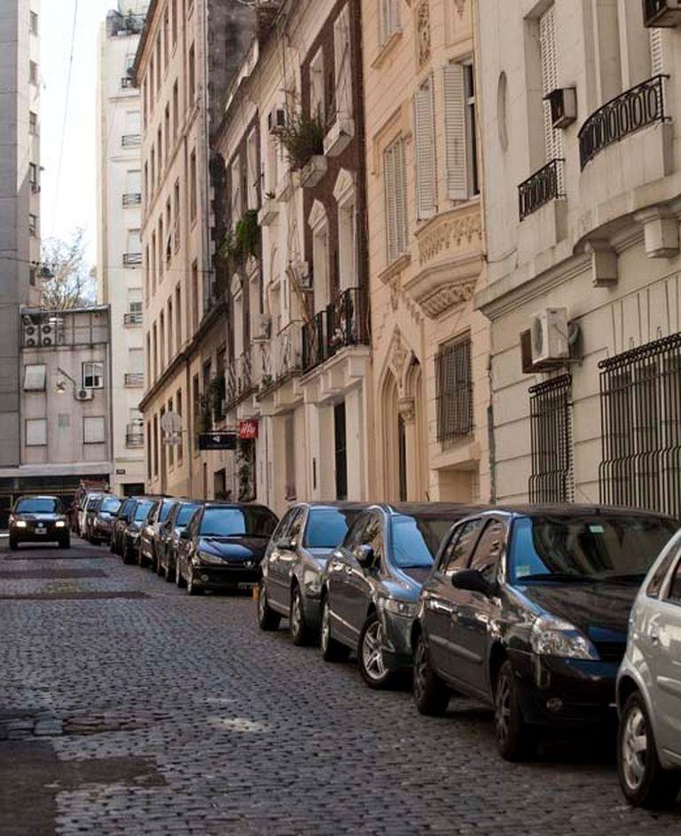 """Un """"trapito"""" organiza los vehículos en las calles de La Isla"""