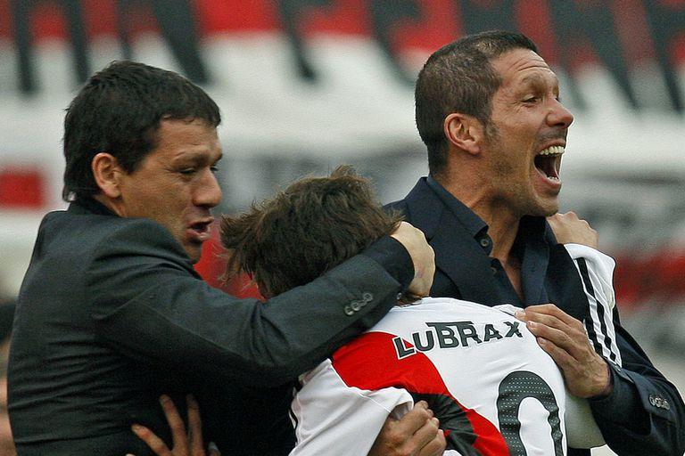 Vivas y Simeone, durante la etapa del Cholo en River; en Núñez también salieron campeones, como en Estudiantes