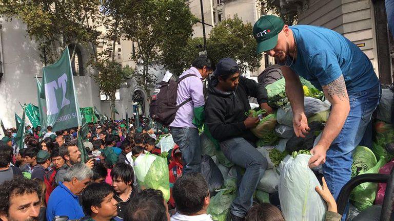 """En abril pasado los pequeños productores de la UTT hicieron un """"verdurazo"""" en Plaza de Mayo por políticas para su actividad"""