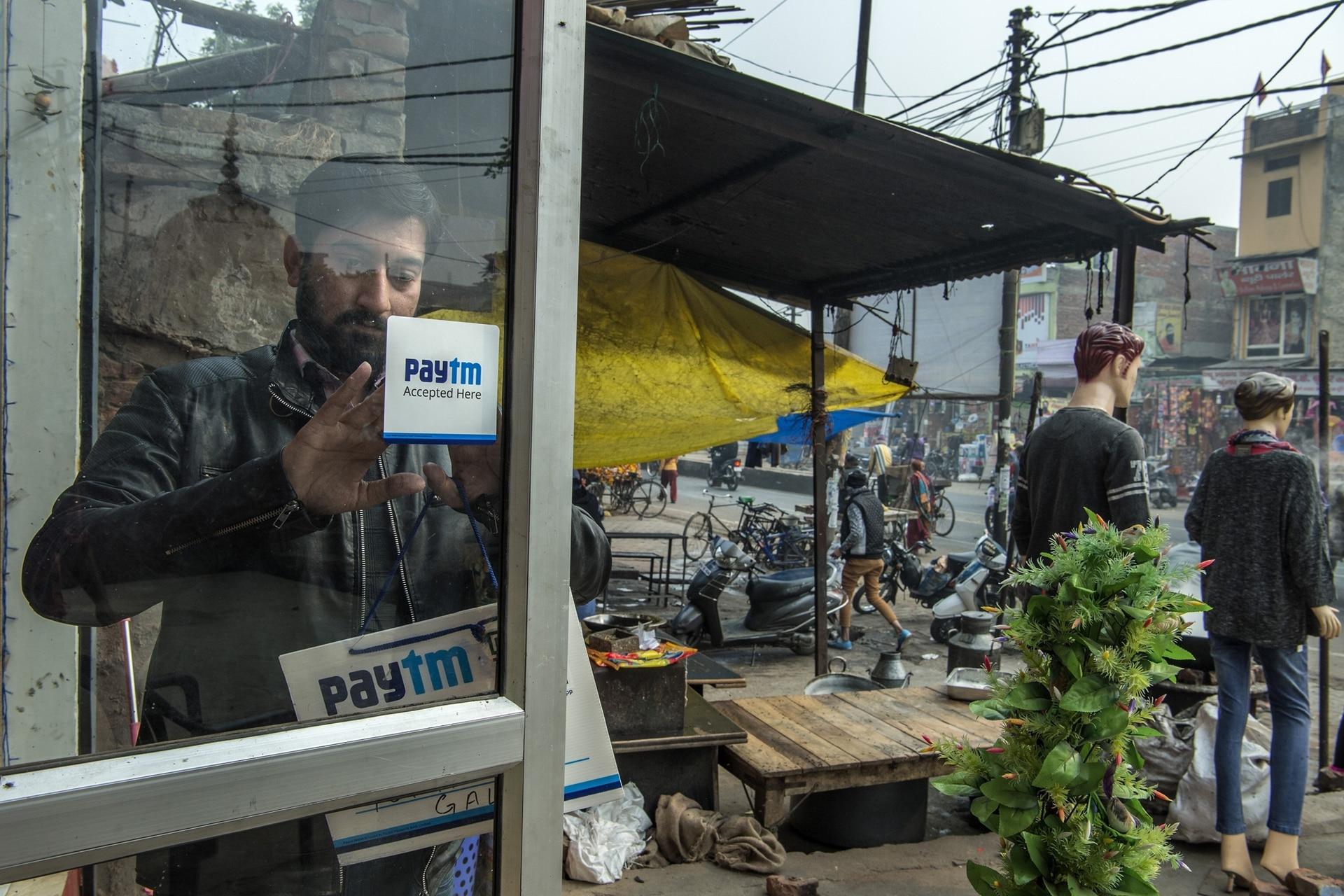 En Aligarh, India, un comerciante anuncia que ya acepta el sistema de transacciones digitales Paytm, creado en su país