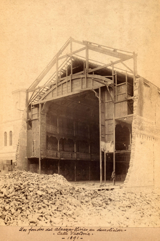 Demolición del teatro Alcázar Lírico para la apertura de la Avenida de Mayo en 1891.