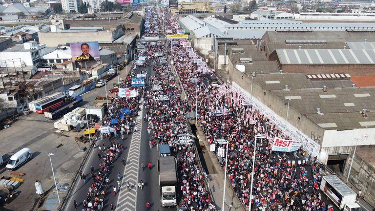 Organizaciones sociales cortan el puente Pueyrredón y marchan al Ministerio de Desarrollo Social