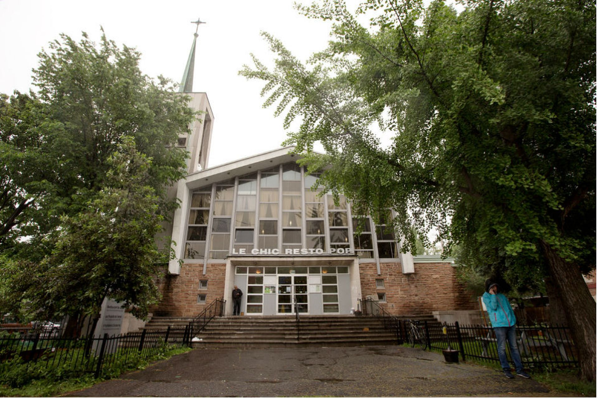 La iglesia de San Matías Apóstol fue convertida en el restorán Le Chic Resto Pop, ubicado en un vecindario de clase trabajadora de Montreal