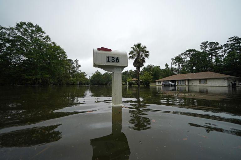 Un barrio inundado tras el paso de la tormenta Claudette en Slidell, Luisiana, el sábado 19 de junio de 2021. (AP Foto/Gerald Herbert)