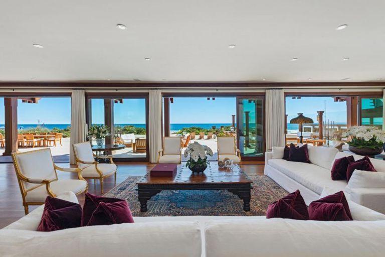 La gran sala de estar cuenta con puertas abatibles de cristal que conducen a una terraza privada con vista al mar