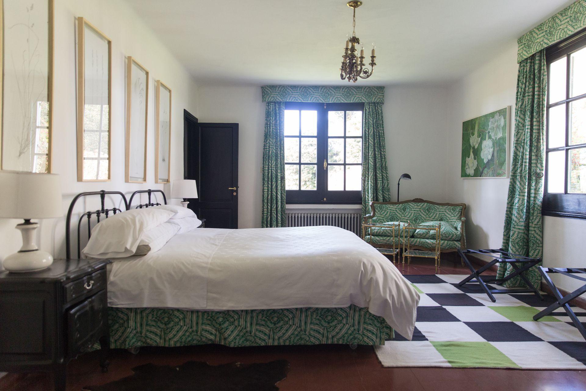 Una de las habitaciones, amplia, luminosa y en tonos verdes.