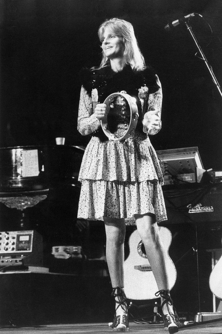 En los años 70, y con la intención de pasar más tiempo juntos, formaron la banda Wings. Paul le enseñó a su mujer a tocar los teclados y Linda, que al principio fue criticada porque no tenía formación musical previa, también tocaba la pandereta (acá se la ve en un show en Londres, en 1975) y escribía con su marido algunos temas. Recibieron varios premios.